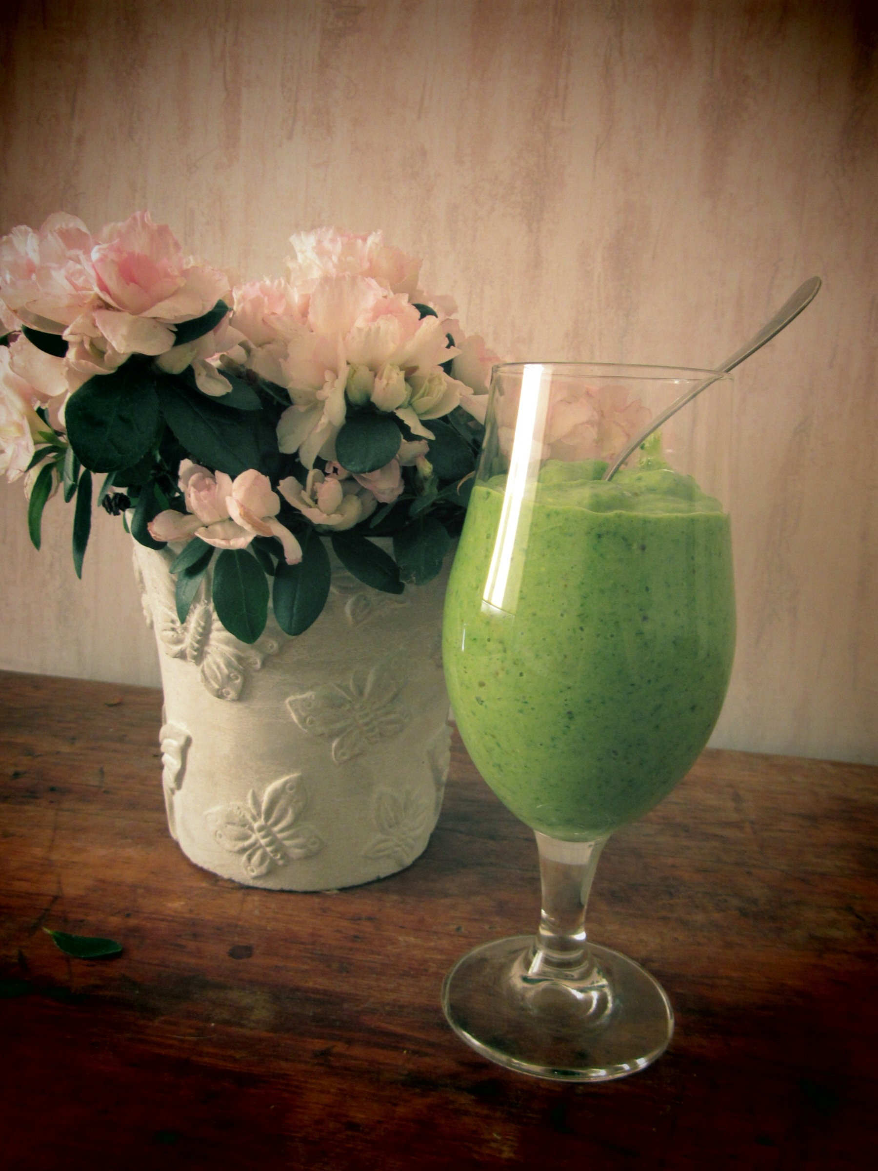500 (!) calorie DAY STARTER smoothie with spinach, avocado, banana and dates